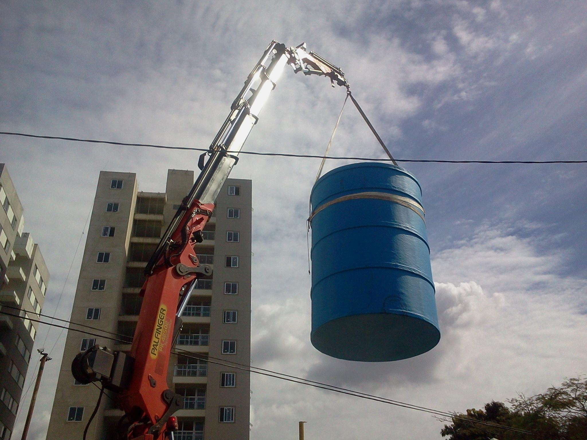 Içamento de caixa d'agua com Caminhão Munck com fly Jib