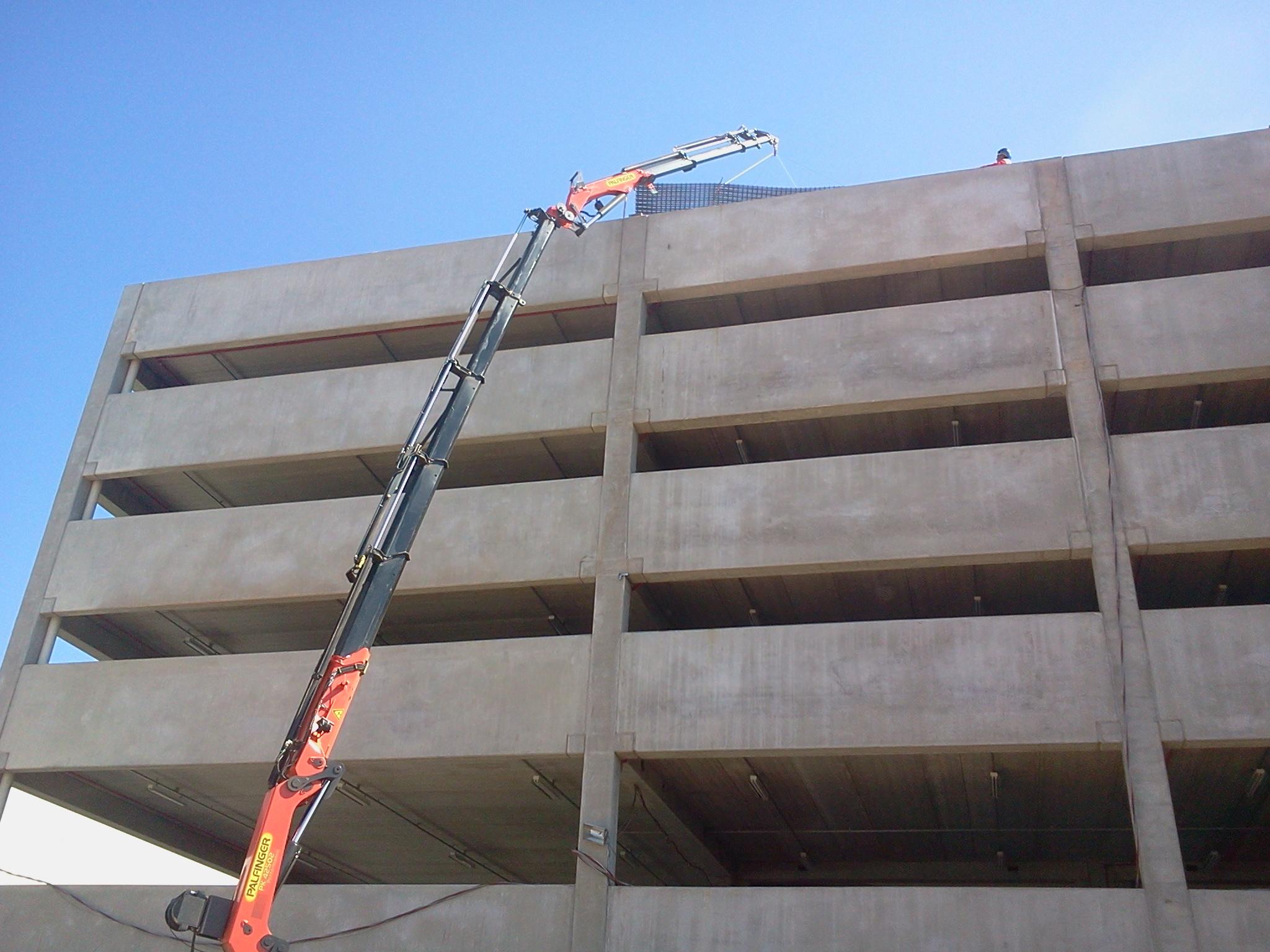 Carga de 850 kg colocada a 20 metros de altura.